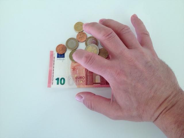 Hand die nach Geld greift