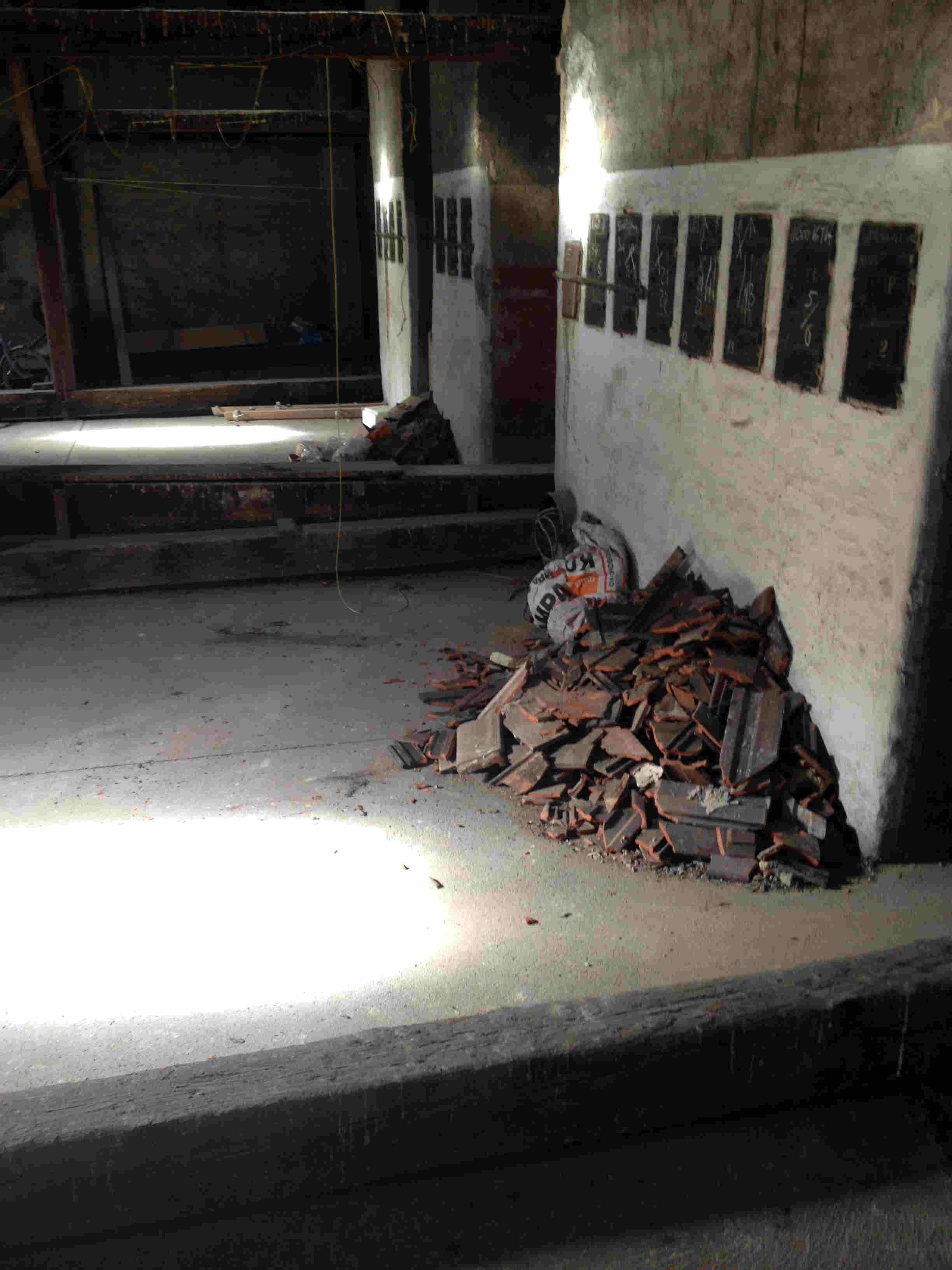 Dachboden und kaputte Dachziegel