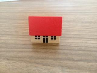 Kleines Haus mit rotem Dach
