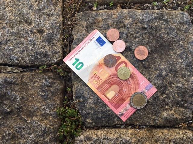 Geldscheine auf Pflastersteinen