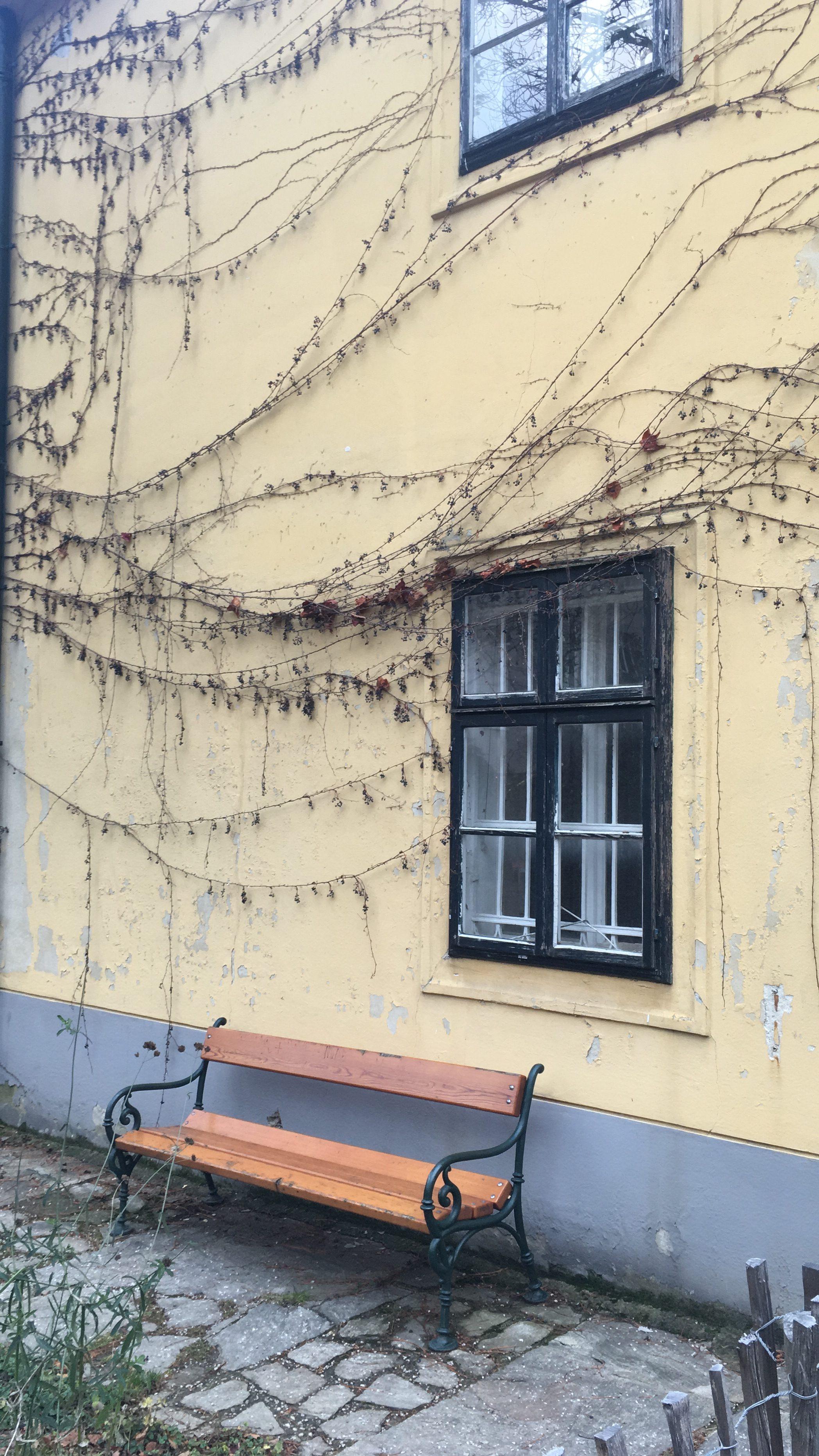 Wand mit Sitzbank