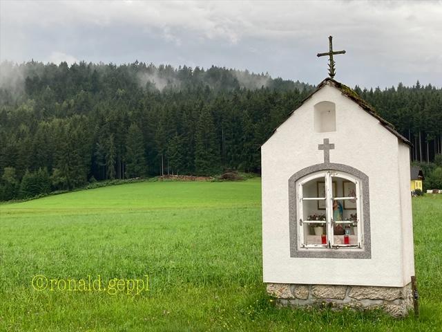 Bild einer Landschaft mit Kapelle